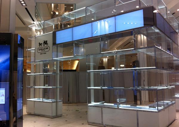 Coach-oma-shop-wall-showcase-plexiglas-exagon-design_00